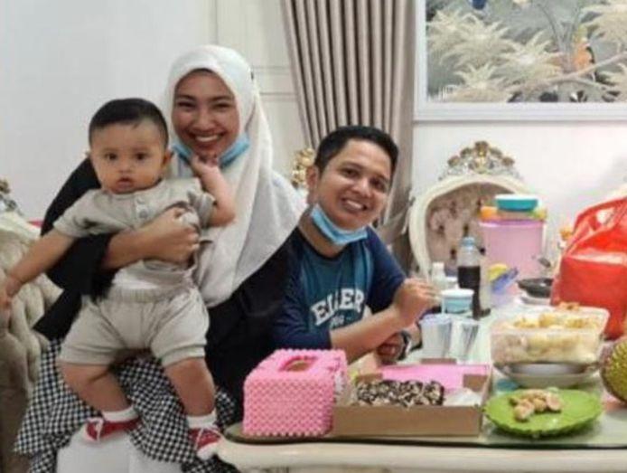 Rizki Wahyudi met zijn vrouw en zoon van zeven maanden.