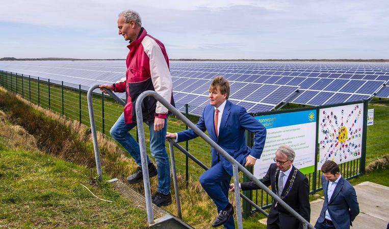 Koning Willem-Alexander tijdens een werkbezoek aan Zonnepark Ameland in kader van Samen Doen. Beeld ANP