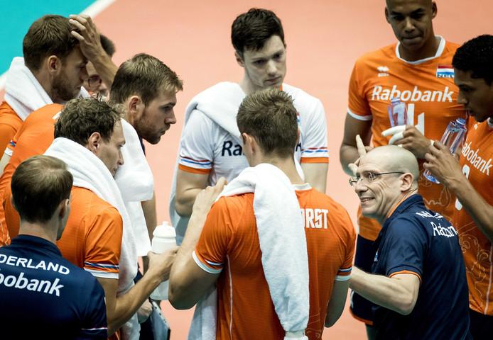 Roberto Piazza pept zijn ploeg op.