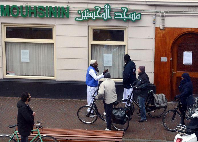 Gelovigen treffen een gesloten moskee op de eerste sluitingsdag half maart bij de Mouhsinin-moskee aan de Stationsweg in Den Haag.