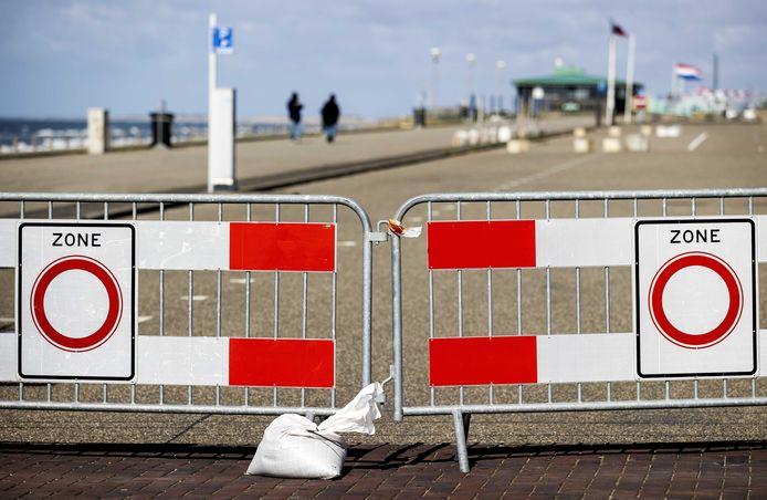 De parkeerplaatsen op de boulevard van Zandvoort zijn afgesloten vanwege het coronavirus en  niet alleen daar. Burgemeesters in het hele land vrezen met het mooie weer in aantocht dat niet iedereen vooral thuis blijft.