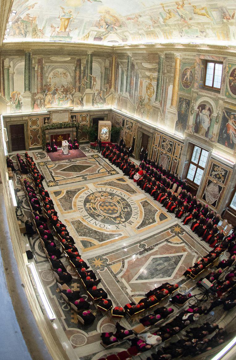 Paus Franciscus spreekt maandag de curie (het kerkbestuur) toe in het Vaticaan. Beeld AFP