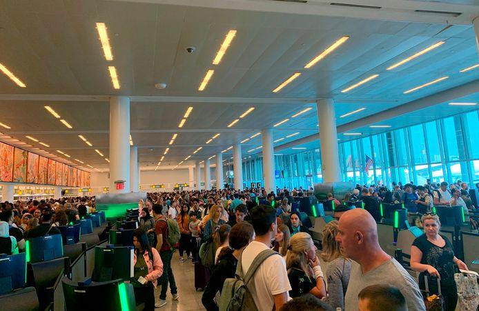 Lange rijen voor de douane op John F. Kennedy International Airport in New York na een uitval van het computersysteem.