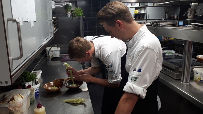 Koks aan het werk in de keuken van Oonivoo.