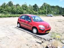 Waarschuwen hielp niet: twee auto's in Etten-Leur nu in grote zandbak