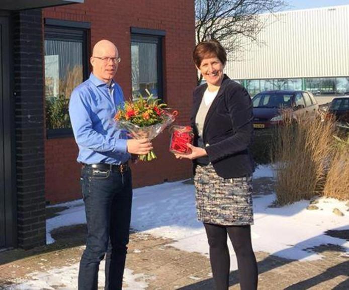 Wethouder Hennie Bogaards feliciteert directeur Zuidberg.