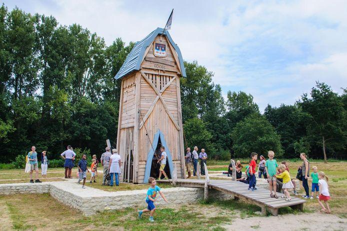 De grondvesten van de voormalige Heerlyckheid Van Roost werden recent opnieuw op hun oorspronkelijke locatie opgebouwd in een nieuw buurtpark.