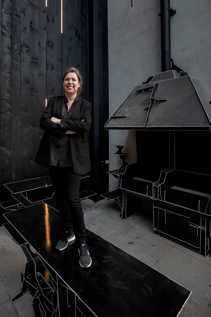 Annemoon Geurts op de buitenkeuken die Joos van Bleiswijk voor Kazerne, Home of Design ontwierp.