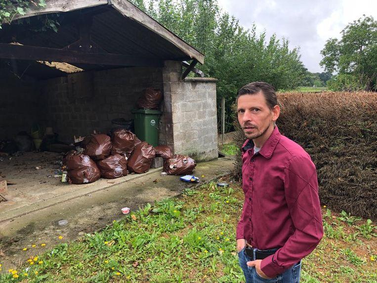 Jan Vanwinkel voor de garage met vuilnis