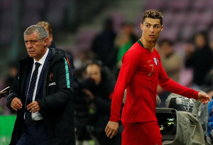 Recordinternational Cristiano Ronaldo en Fernando Santos, de bondscoach van Portugal.