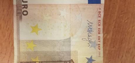 Opsporing Verzocht laat verdachten die betaalden met vals geld in Zeeuwse supermarkten zien