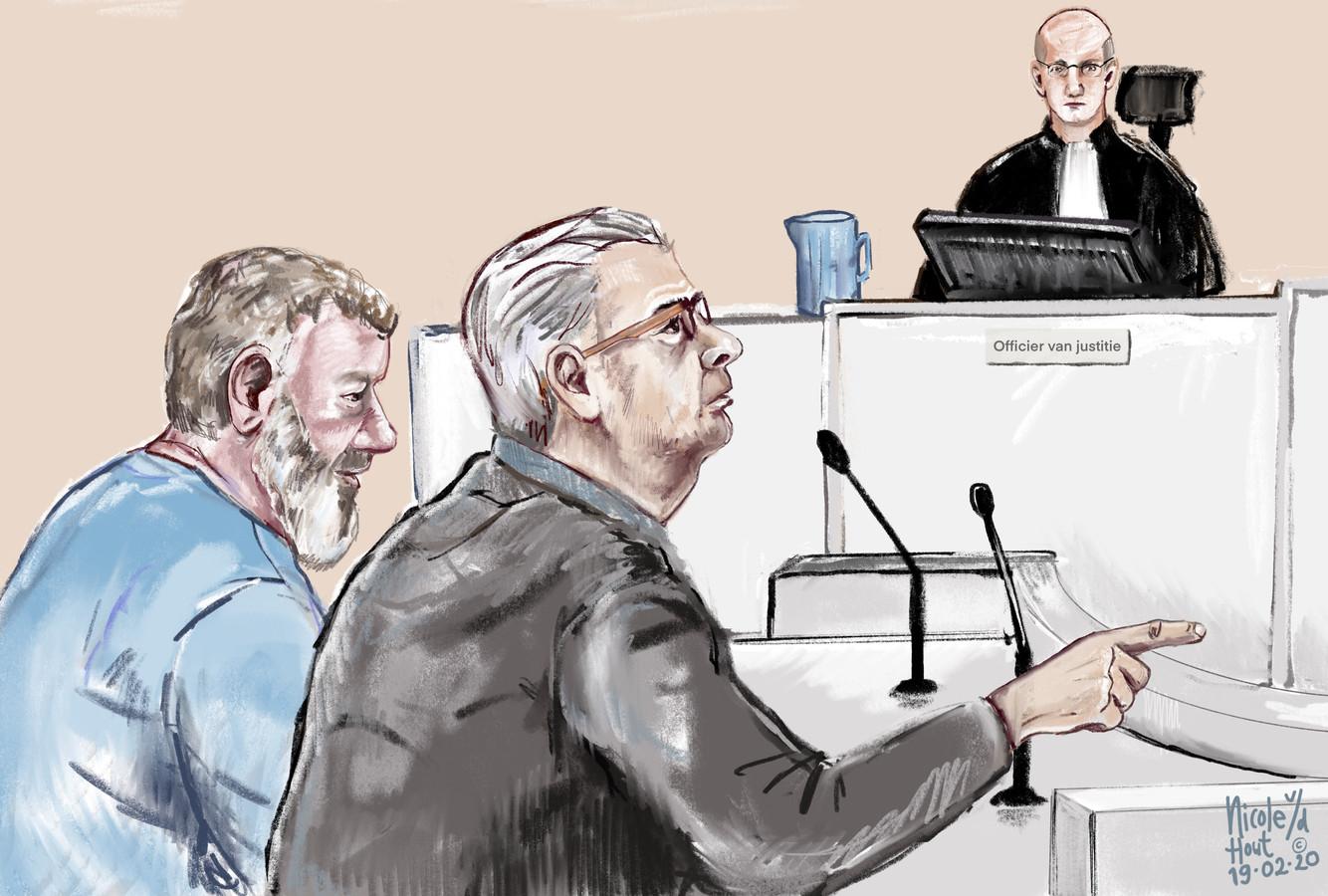 De verdachten van het oplichten van bejaarden tijdens de strafzitting in de rechtbank in Arnhem.