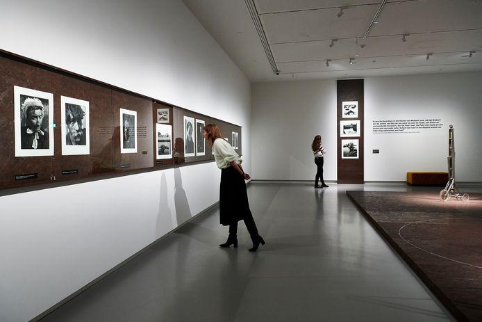 Foto's van Martien Coppens, en objecten van Gerrit van Bakel, onderdeel van de tentoonstelling 'Poëzie van de Peel'.