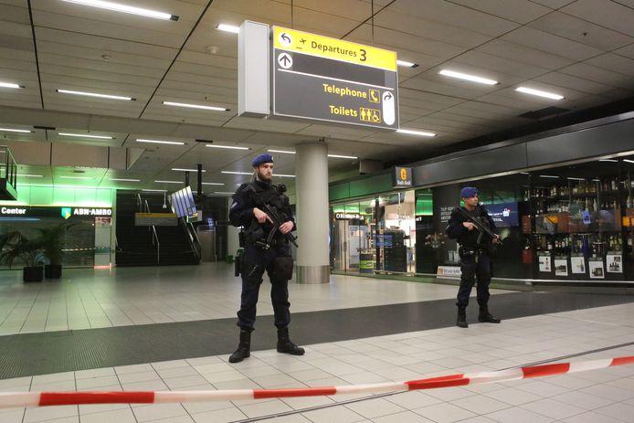 SCHIPHOL - Marechaussee in vertrekhal 3 van Schiphol. De marechaussee heeft een man overmeesterd die met een bom dreigde. ANP ROWIN VAN DIEST