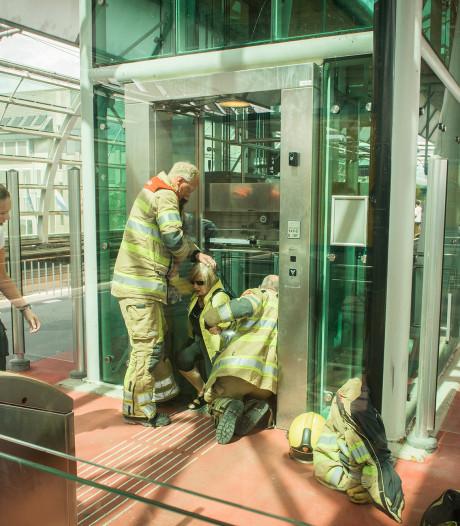 Drie mensen en een hond vast in lift op station Houten