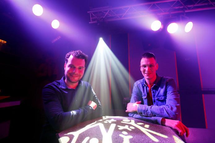 Bart de Peuter (links) en Rick van Giessen organiseren het jubileumfestival Benederpop in Almkerk.