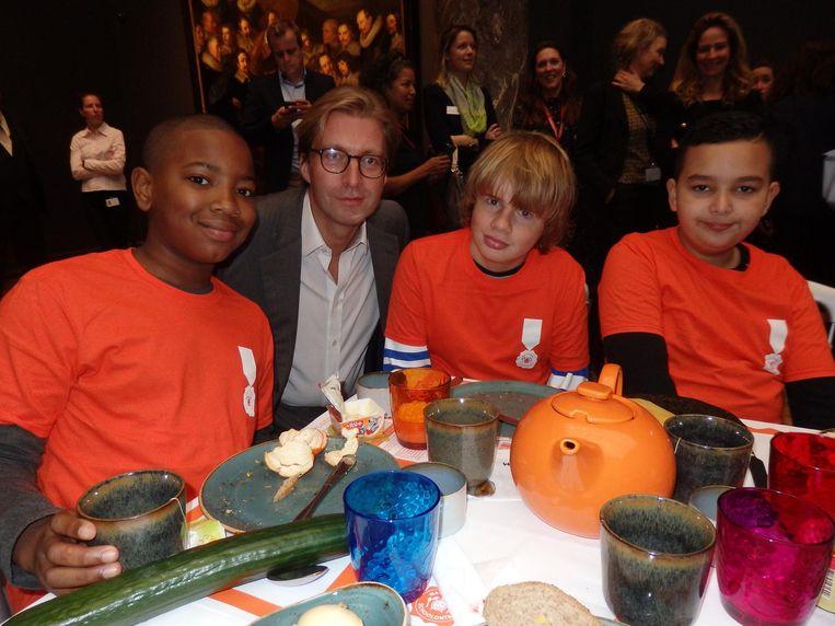Rijksmuseumdirecteur Taco Dibbits met Tyron, Demian en Adam. Wat is het lekkerste, jongens? 'De boterham met kaas.' Altijd gewoon gebleven, die Demian Beeld Schuim