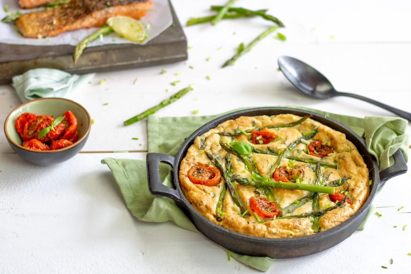 Aardappelsoufflé met asperges, Parmezaanse kaas en zalm