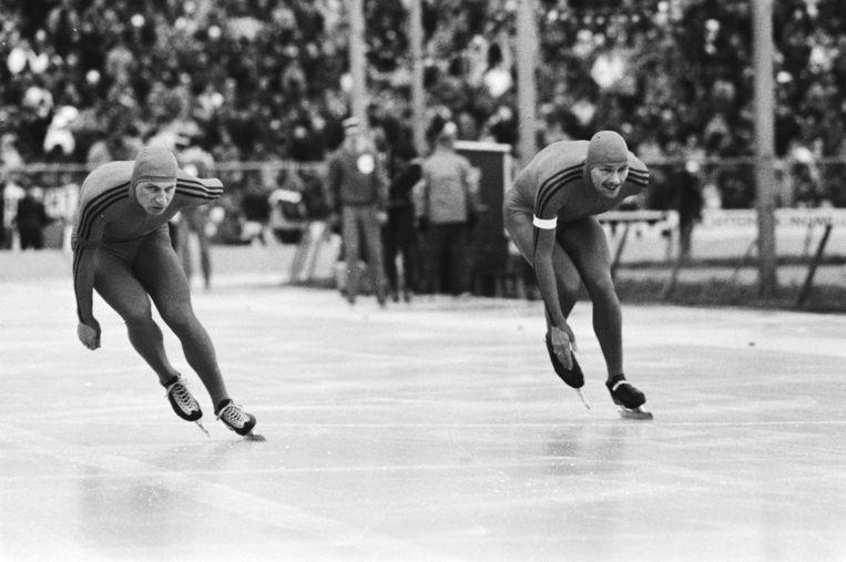 Hilbert van der Duim en Yep Kramer tijdens de 1.500 m op het EK in Den Haag. Beeld Nat. Archief