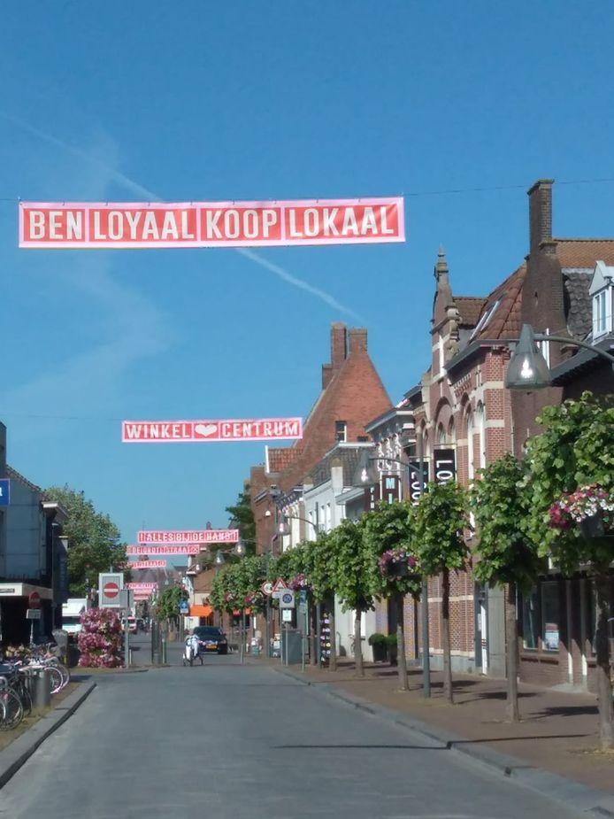 In de Grotestraat hangen nu elf banners met wervende teksten.