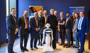 Groepsfoto met koningin Maxima tijdens haar werkbezoek aan de Koninklijke Nederlandse Akademie van Wetenschappen (KNAW).