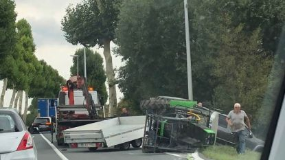Mini-tractor valt van aanhangwagen op N42