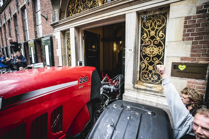 Boeren hebben de deur van het provinciehuis er met een tractor uitgeduwd en zijn het gebouw binnengegaan.