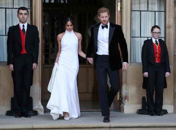 Het pasgetrouwde stel op weg naar hun feest.