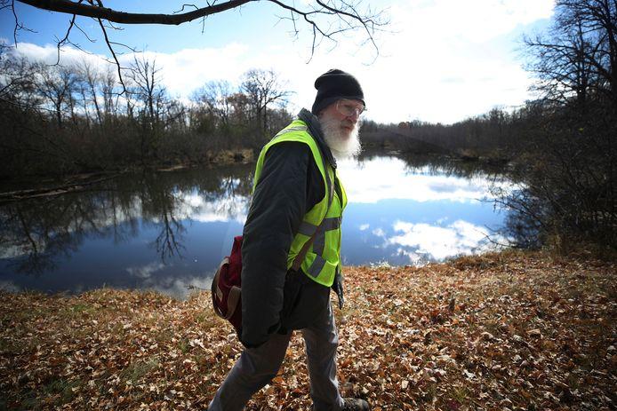 Een van de vrijwilligers helpt mee in de zoektocht naar de vermiste tiener.