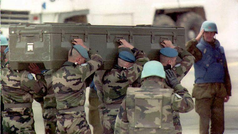 Blauwhelmen dragen de kist van een overleden soldaat in Bosnië (1995) Beeld ANP