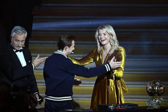 De Franse dj Martin Solveig (midden) vraagt Ada Hegerberg om een dansje op te voeren. Links mede-presentator David Ginola.