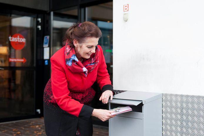Franske Veltman van ViaVie Welzijn Rijssen-Holten doet een oproep aan alle inwoners om een kaart te maken en deze in te zenden zodat ViaVie eenzame ouderen hiermee in de maand december kan blij maken.