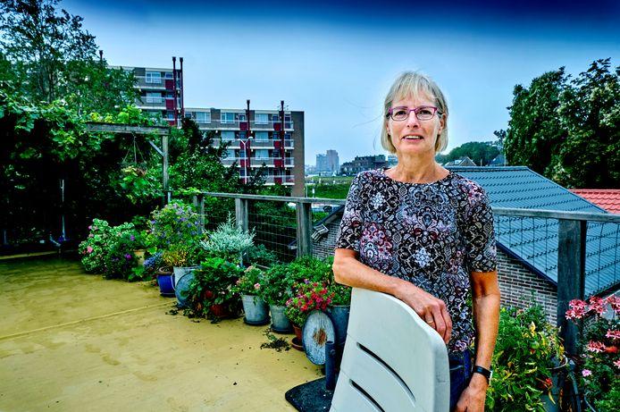 """Vanaf haar terras kijkt Inge Kooijman op de haven van Papendrecht en op Dordrecht. ,,Het is echt een ultieme plek, ik ga hier nooit meer weg."""""""