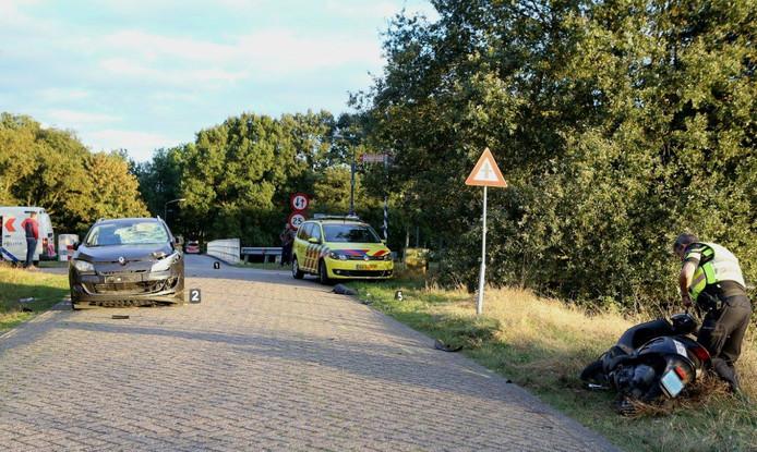 De scooter en auto raakten zwaar beschadigd door het ongeluk.