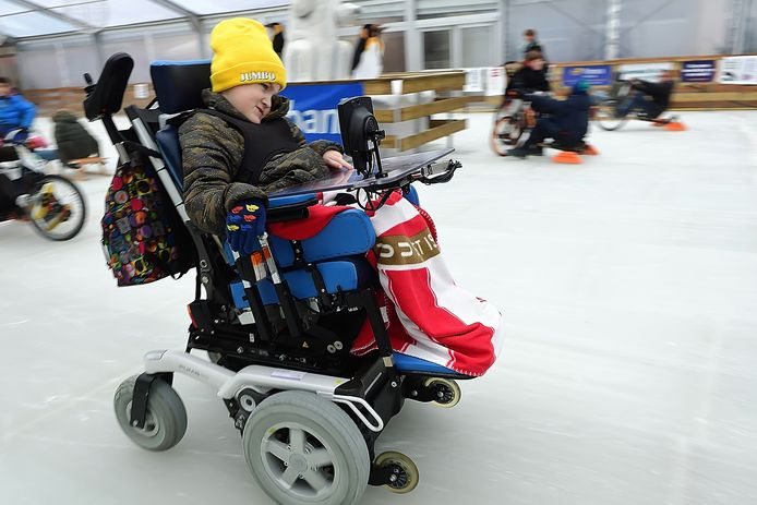 Eerste genieters op de schaatsbaan op de oude markt in roosendaal.Rolstoeler bram(9 jaar) zet het gas erop om te kunnen slippen. Foto Pix4Profs/Peter van Trijen