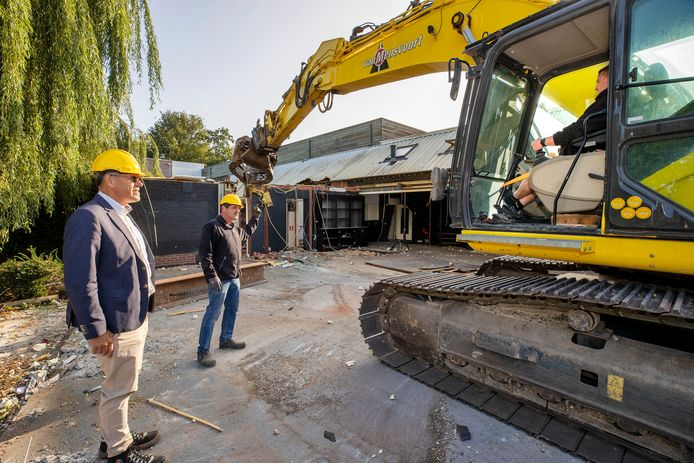 Mario Klokgieter (links) en directeur Willy van Mensvoort bespreken de situatie rond zwembad de Neul met machinist Kenny van Bergen.