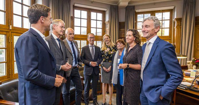 Premier Mark Rutte en minister Arie Slob (Basis- en Voortgezet Onderwijs) na afloop van het gesprek met de onderwijssector