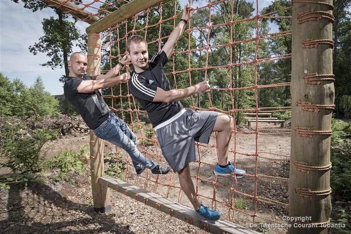 Kelvin Bekhuis (links) en Maurice Verveer enthousiast over de boomcamp maar vergaten de vergunning.