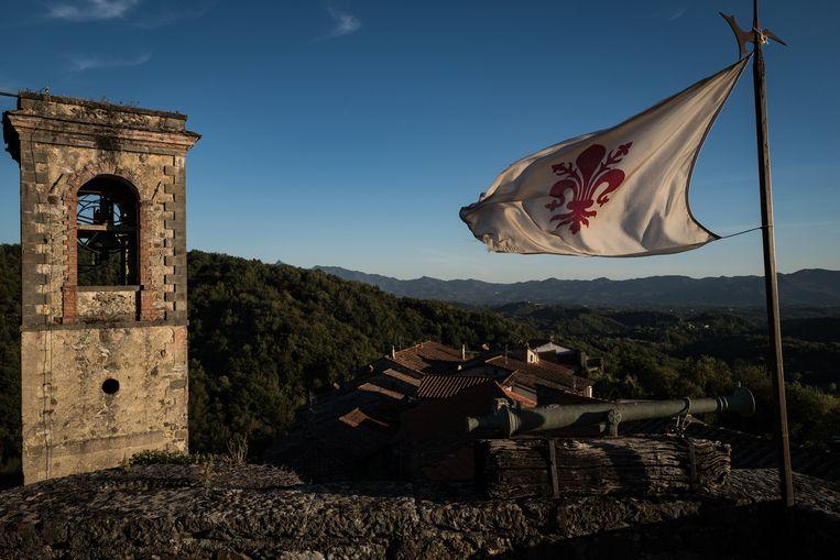 Een blik uit het kasteel Castiglione del Terziere met de vlag van de Franse lelie, het symbool van de stad Beeld Nicola Zolin