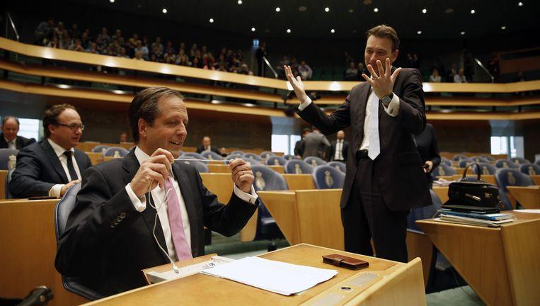 Pechtold (D66) en Zijlstra (VVD) begroeten elkaar vooraf aan het debat. Beeld ANP