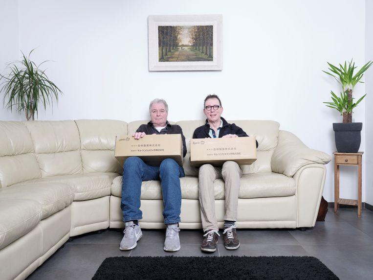 Tiny Romviel en Piet Vromans met de dozen met ampullen die ze uit Japan haalden. Beeld Erik Smits