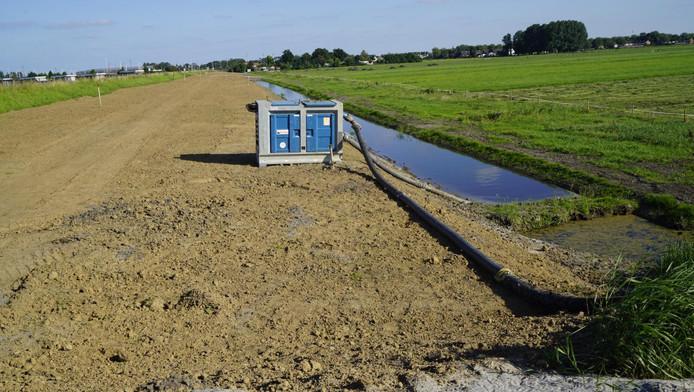 Een nieuw gegraven sloot is uit voorzorg nog niet aangesloten op andere sloten in de omgeving.