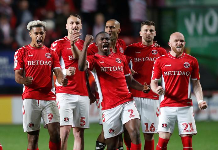 Anfernee Dijksteel (midden) juicht tijdens de penaltyserie tegen Doncaster Rovers.
