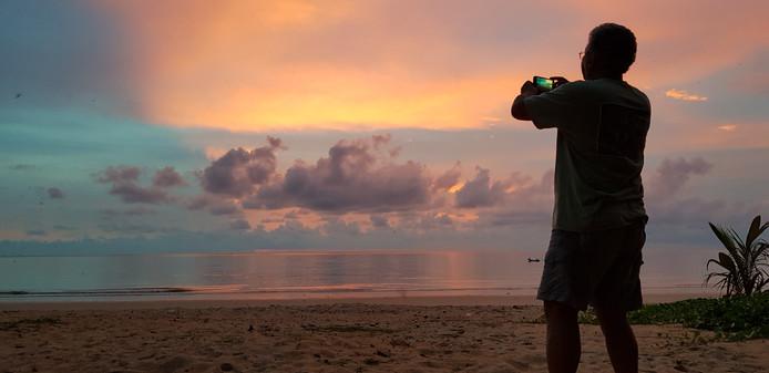 Deze prachtige zonsondergang aan de westkust van Thailand moest natuurlijk worden vastgelegd. Niet één keer, maar zelfs twee keer.