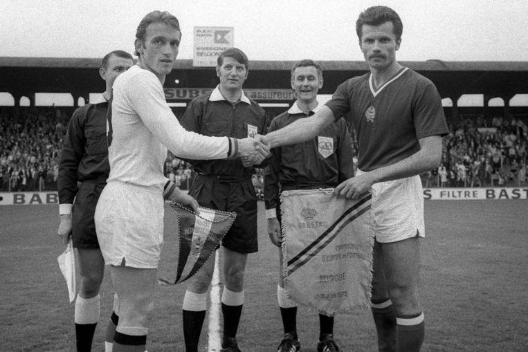 Van Himst (links) voor de match tegen de Hongaren.