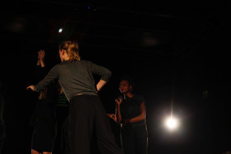 De dansers in het duister in Human Landscapes.  Beeld Liz Eve / Steirischer Herbst