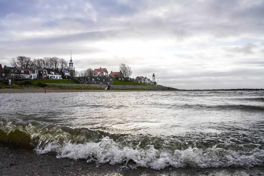 Urker vissersmonument aan de rand van het IJsselmeer. Uit het dorp wordt garnalenkotter UK-165 Lummetje vermist.