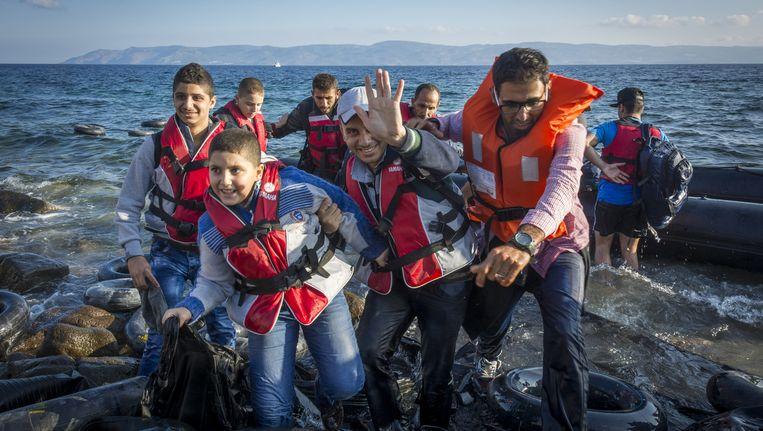 Syrische vluchtelingen komen aan op Lesbos, op de achtergrond is de Turkse kust te zien Beeld ANP