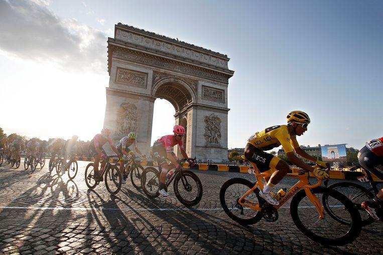 Renners passeren de Arc de Triomphe in Parijs tijdens de Tour de France van 2019. Beeld EPA