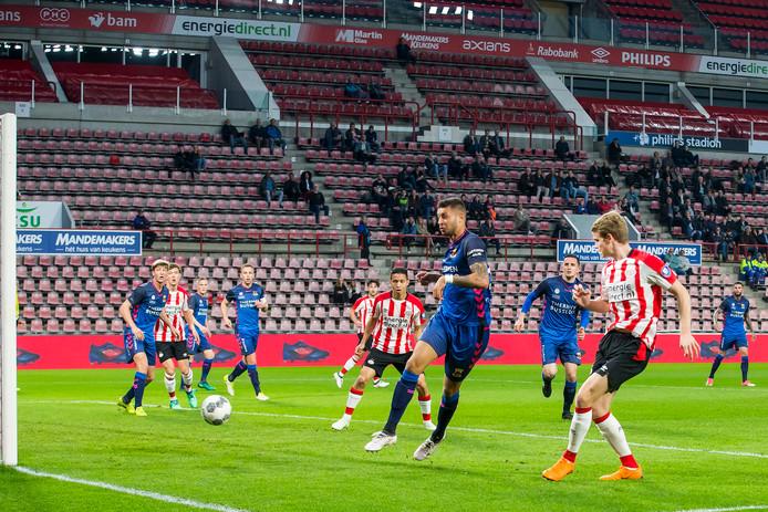 Nikolai Laursen (rechts) opent de score namens Jong Pas tegen Go Ahead Eagles.